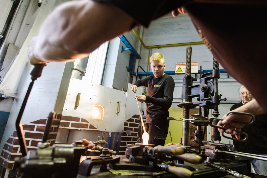 Glasmachervorführungen am Halbautomaten
