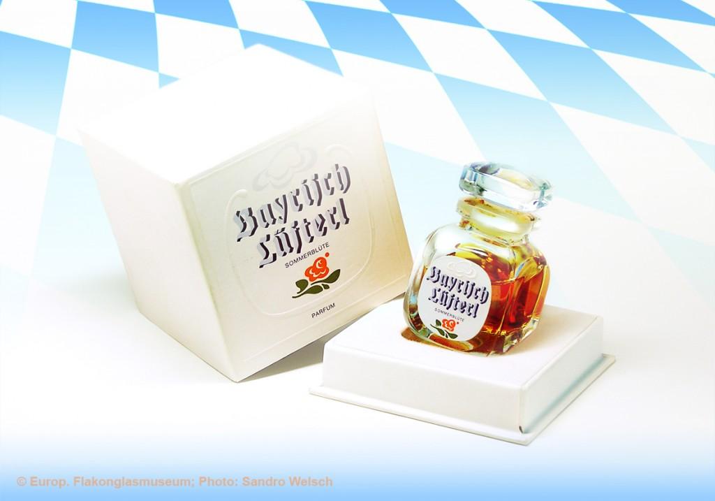 """Parfüm-Flakon """"Bayrisch Lüfterl - Sommerblüte""""® mit Umverpackung; Hubmann GmbH®, Übersee/ Bundesrepublik Deutschland, 1980er Jahre"""