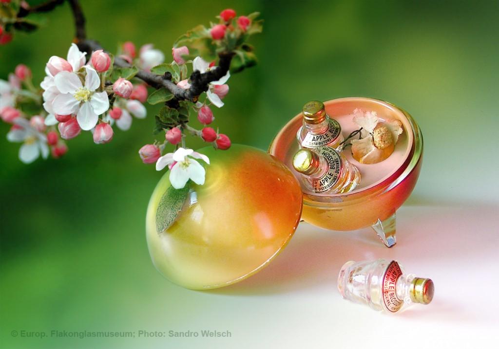 """Parfüm-Flakons """"Appel Blossom""""® mit Umverpackung aus Glas; Duvinne®, New York City/ Vereinigte Staaten von Amerika, vermutlich 1930er/ 40er Jahre"""